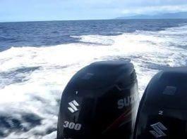 Oito motores de popa em uma mesma embarcação...