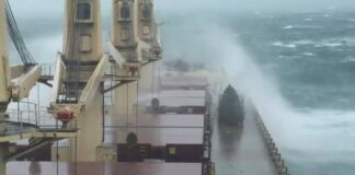 Assistir a Bulk carrier through the storm in South China sea