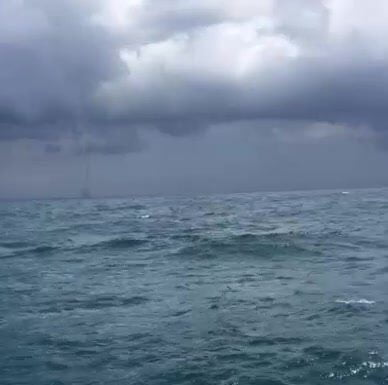 Assistir a Stunning footage of a waterspout over the Black Sea