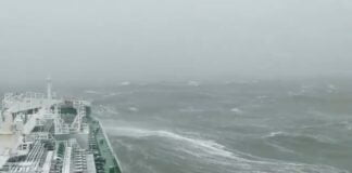 Assistir a Tanker in Rough Sea