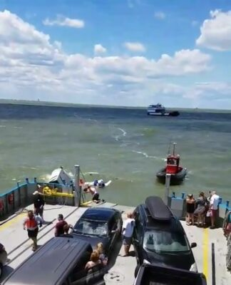Assistir a Ferry rescuing a sinking boat