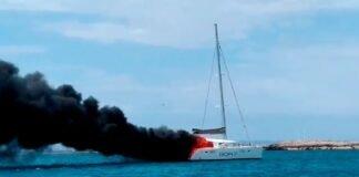 Espectacular incendio de un catamarán en Formentera