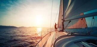 Já pensou conhecer lugares paradisíacos a bordo de um veleiro? Veja como